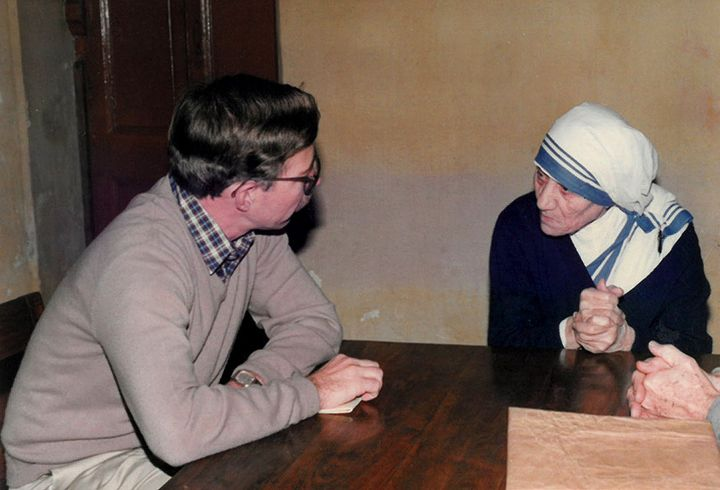 CRS Calcutta Office Zonal Director Jim DeHarpporte talking with Mother Teresa on January 31, 1988.