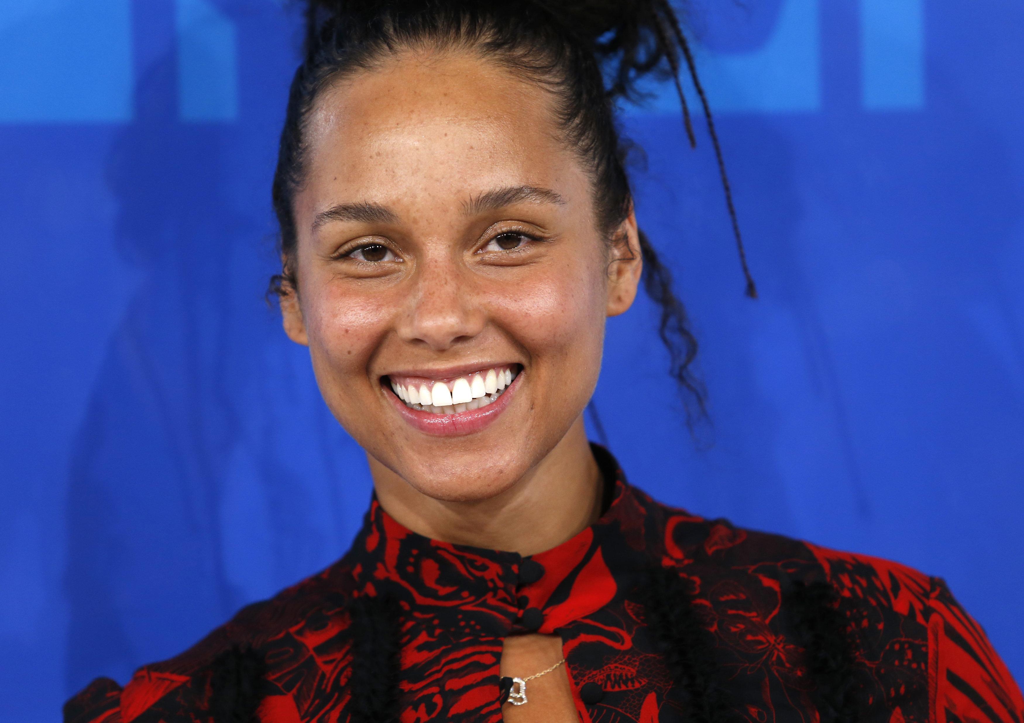 Musician Alicia Keys arrives at the 2016 MTV Video Music Awards in New York, U.S., August 28, 2016.  REUTERS/Eduardo Munoz
