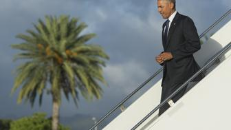 US President Barack Obama disembarks from Air Force One upon arrival at Joint Base Pearl Harbor - Hickam in Honolulu, Hawaii, August 31, 2016. / AFP / SAUL LOEB        (Photo credit should read SAUL LOEB/AFP/Getty Images)