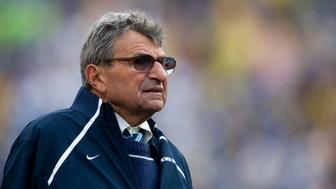 Penn State head coach Joe Paterno watches his team during the fourth quarter of the Capital One Bowl NCAA football game in Orlando, Florida January 1, 2010. REUTERS/Scott Audette  (UNITED STATES - Tags: SPORT FOOTBALL)