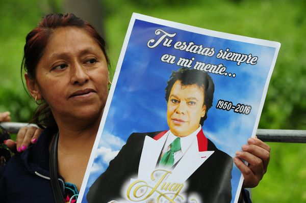 A fan waits for the ashes of Mexican singer-songwriter Juan Gabriel to arrive at the Fine Arts Palace.