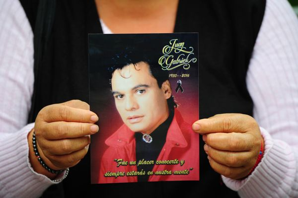 A fan waits for the ashes of Mexican singer-songwriter Juan Gabriel to arrive at the Fine Arts Palace in Mexico City.