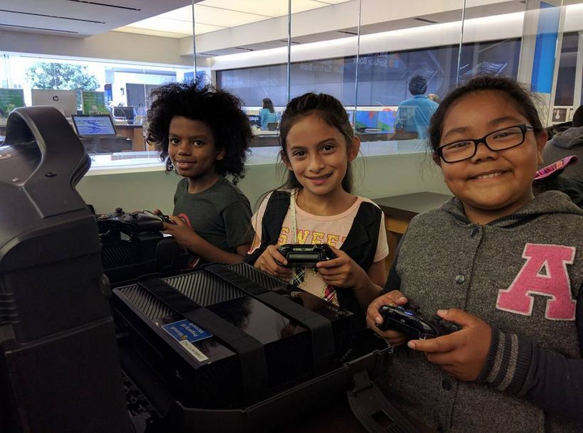 <i>The VR camp students visit&nbsp;Microsoft to interact on HTC Vive.</i>