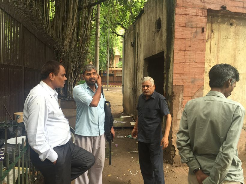 AIKMM advocates meeting with ragpickers at waste collection site set to be demolished by NDMC.  Delhi, India