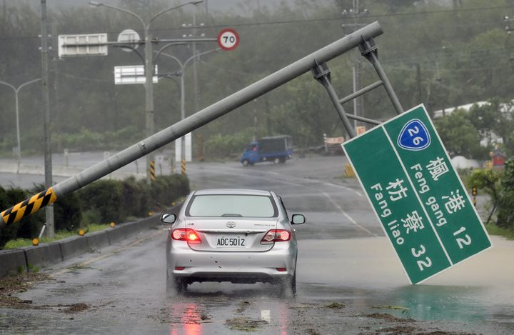 Super Typhoon Meranti brought strong winds and rain tosouthern Taiwan on Wednesday.
