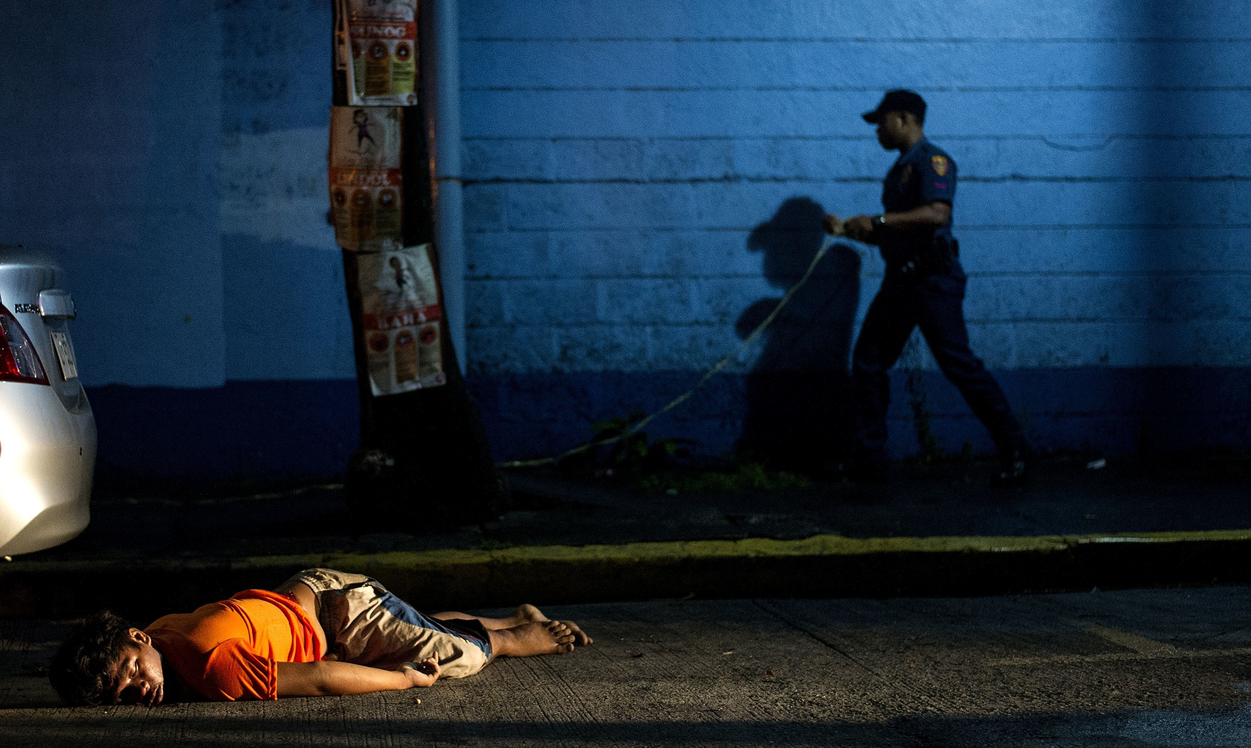 In this photograph taken on July 23, 2016, the body of a man, shot dead by unidentified gunmen, lies on the ground in Manila.  The Philippine government on August 19, 2016, criticised as 'baseless and reckless' a UN statement that President Rodrigo Duterte's bloody war on drugs amounted to a crime under international law. / AFP / NOEL CELIS        (Photo credit should read NOEL CELIS/AFP/Getty Images)