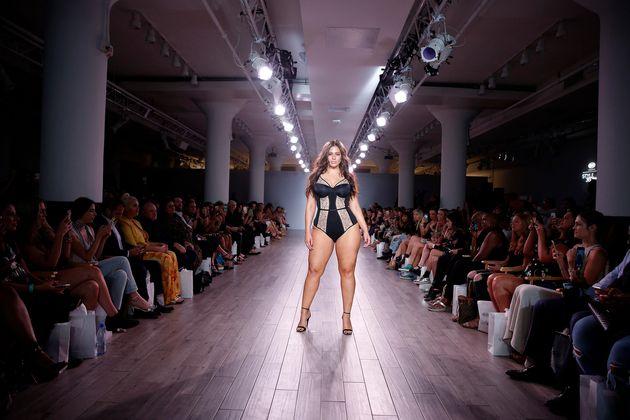 プラスサイズのモデル、曲線美を生かした下着ショーで大活躍【NYファッションウィーク】