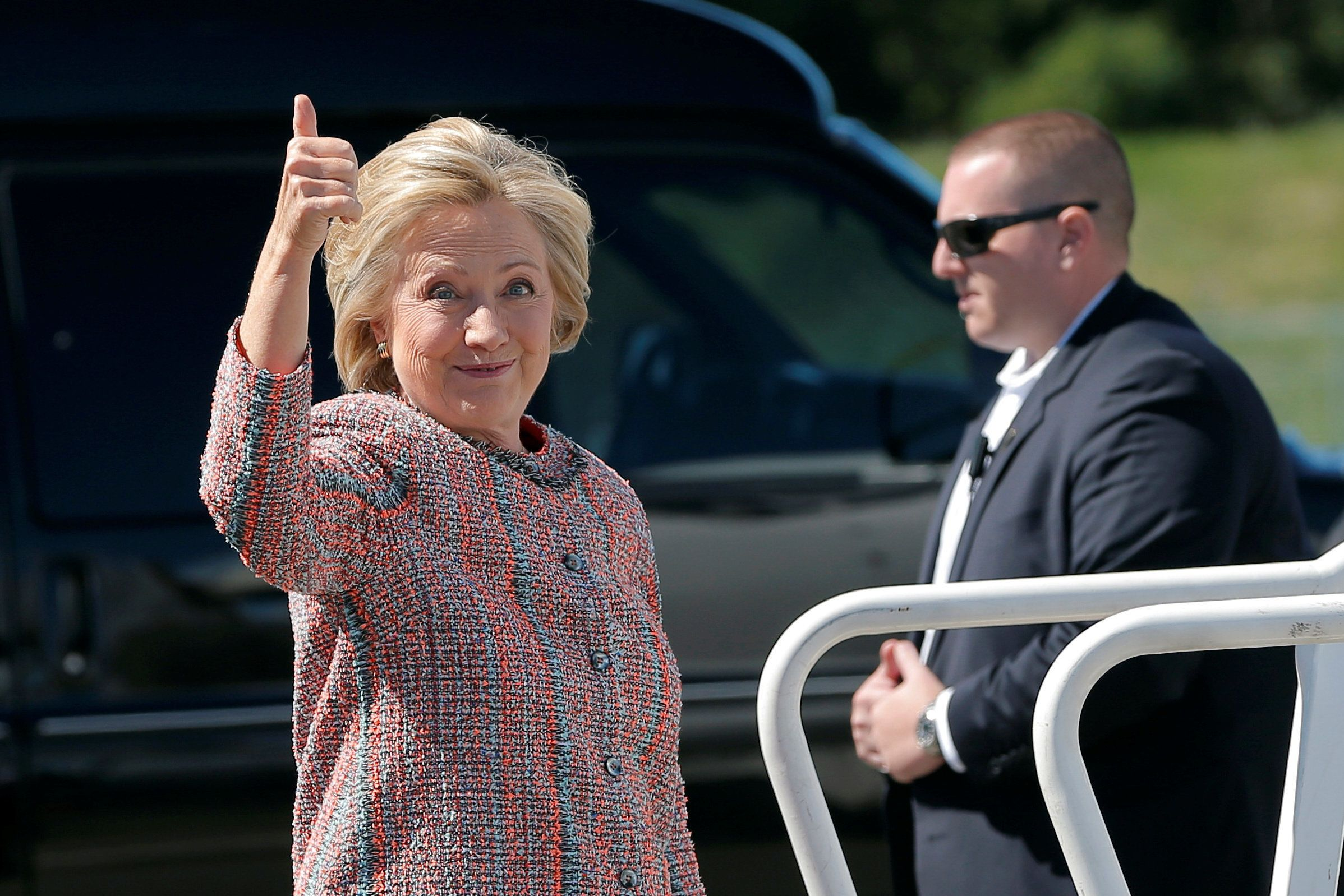 U.S. Democratic presidential candidate Hillary Clinton gives a thumbs up as she boards her campaign plane in White Plains, New York, United States September 15, 2016, to resume her campaign schedule following a bout with pneumonia.  REUTERS/Brian Snyder      TPX IMAGES OF THE DAY