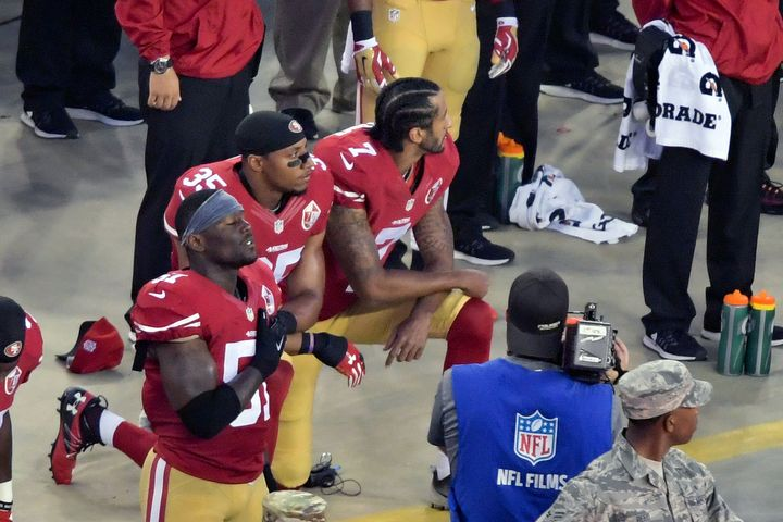 A high school football team in San Francisco joined 49ers players in kneeling for the national anthem -- a protest against po