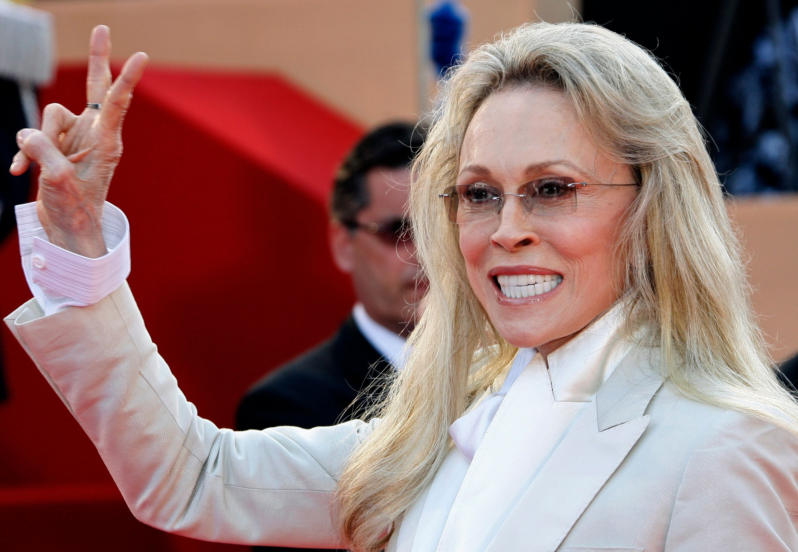 """U.S. actress Faye Dunaway arrives for a gala screening of the film """"Chacun son Cinema"""" at the 60th Cannes Film Festival May 20, 2007.   REUTERS/Jean-Paul Pelissier   (FRANCE)"""
