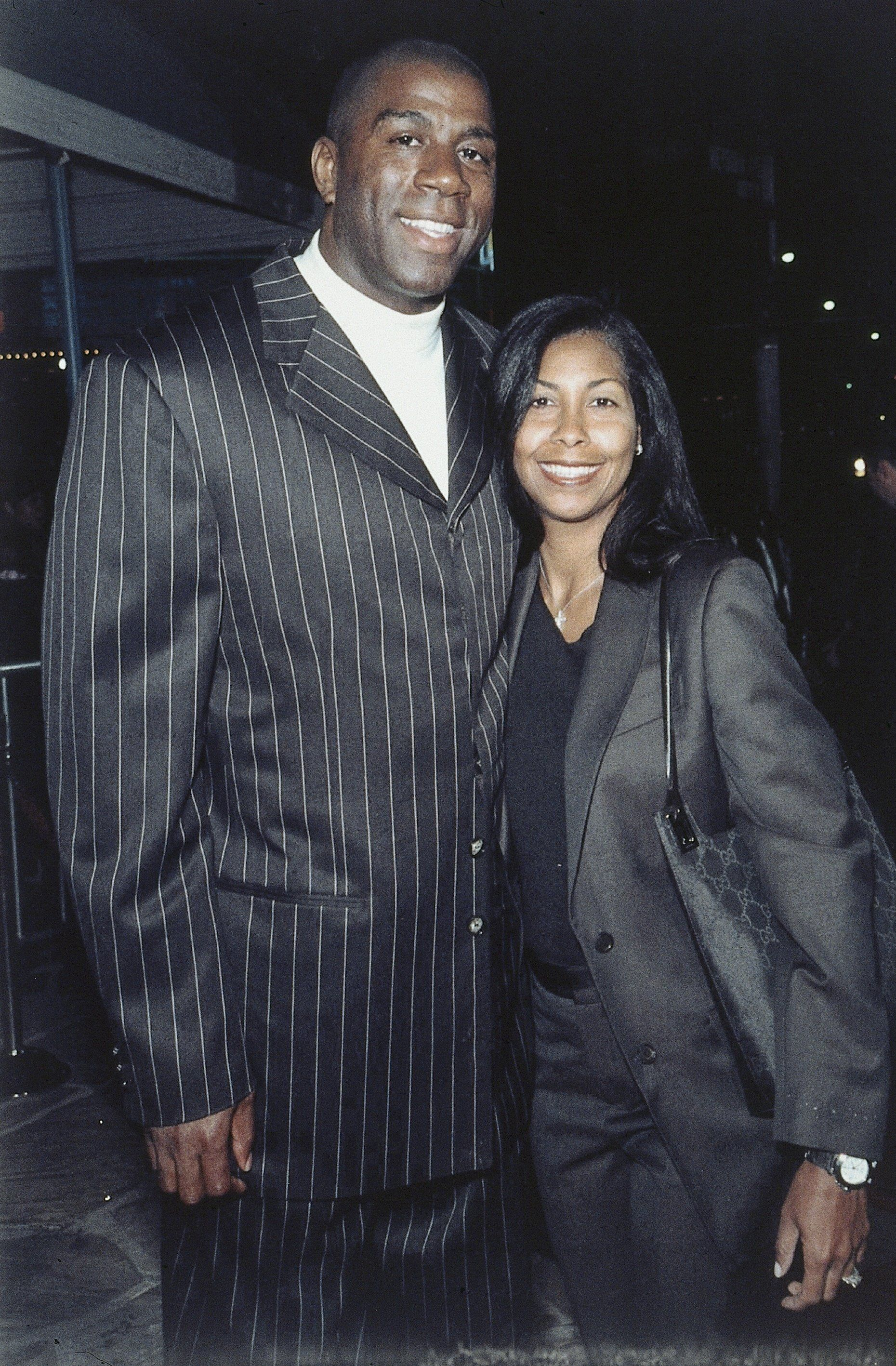 (GERMANY OUT) Earvin 'Magic' Johnson, früherer US-Profibasketballer, und seine Frau Earletha 'Cookie' Johnson, geb. Kelly. Magic Johnson trägt einen schwarzen Anzug, Cookie Johnson einen schwarzen Hosenanzug. Aufgenommen 1999. (Photo by Siemoneit/ullstein bild via Getty Images)