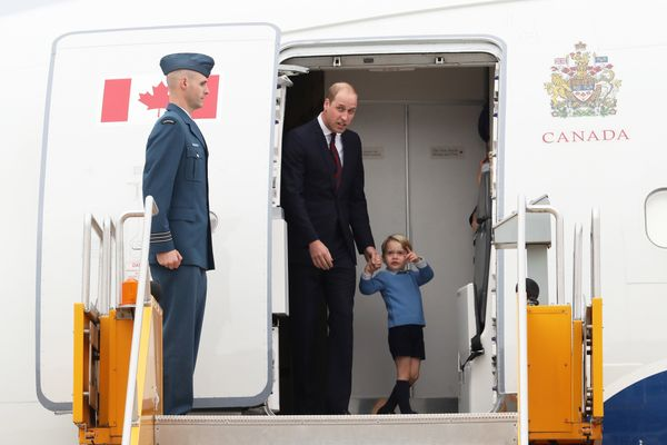 """Prince George was captivated by other planes at the airport -- and <a href=""""https://twitter.com/PackhamGown/status/7798287718"""