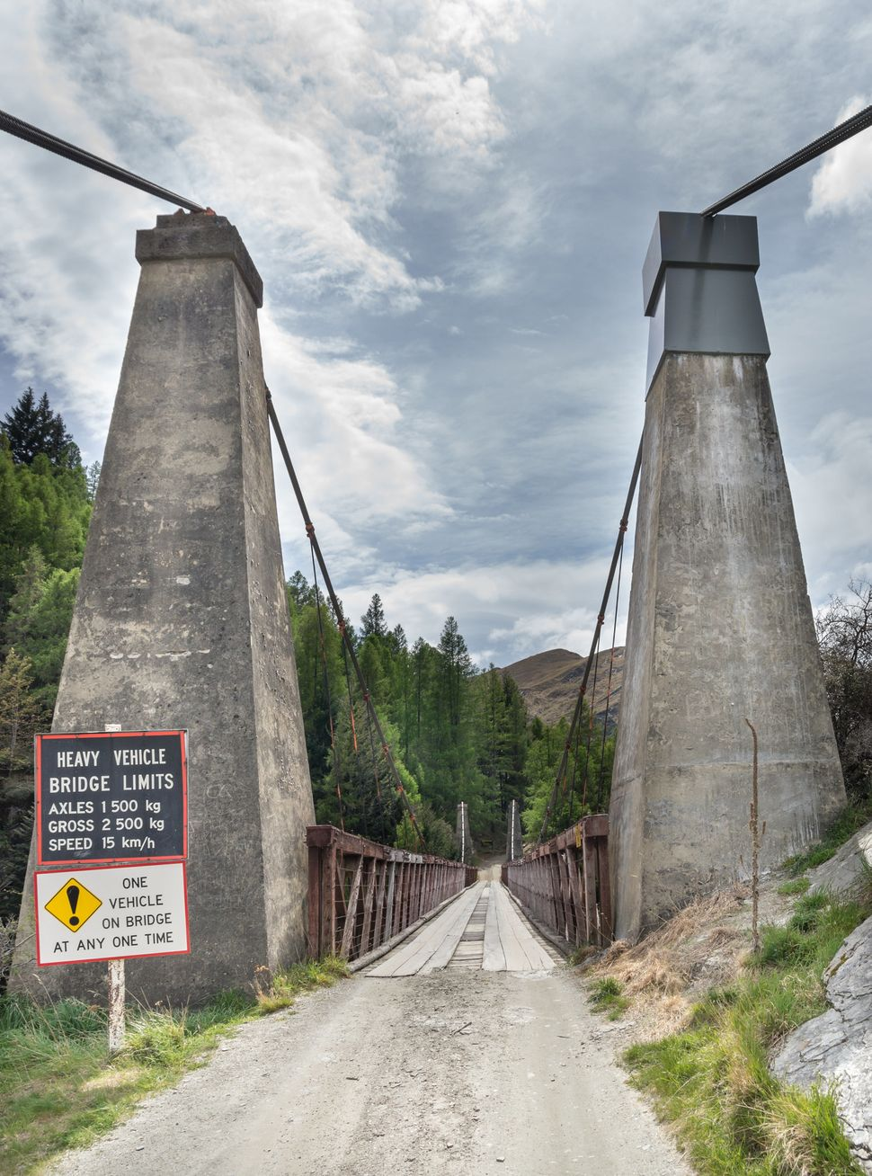 "To cross <a href=""http://www.nzhistory.net.nz/page/shotover-river-bridge-opened"" target=""_blank"">Skippers Bridge</a>, tr"