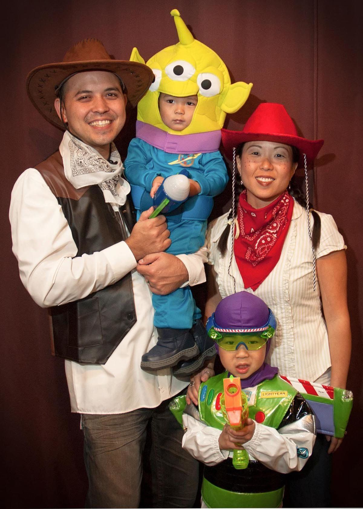 59 Family Halloween Costumes That Are Clever Cool And Extra Cute | HuffPost  sc 1 st  HuffPost : fun family halloween costumes  - Germanpascual.Com