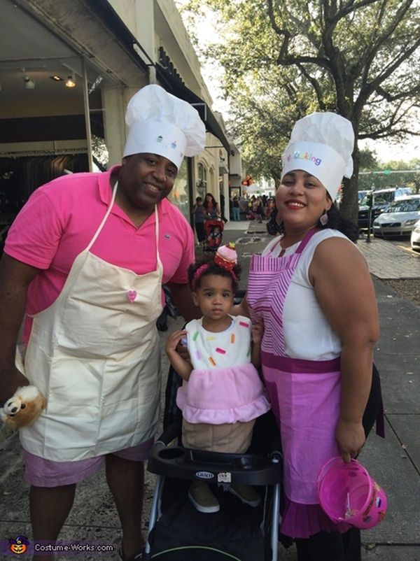 """Via <a href=""""http://www.costume-works.com/costumes_for_families/the-bakers-and-their-cupcake.html"""" target=""""_blank"""">Costume Wo"""