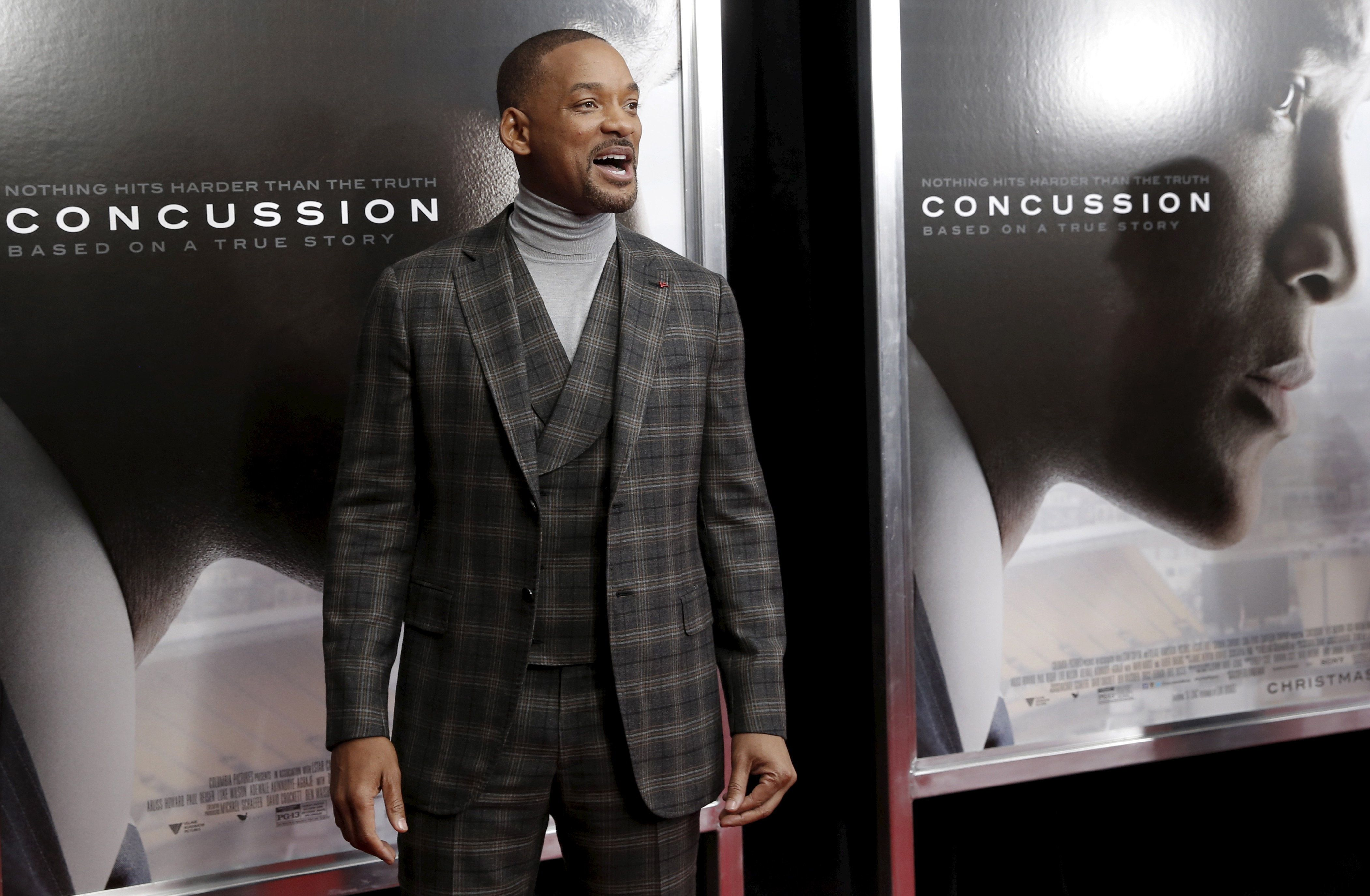 "Actor Will Smith poses as he arrives for the New York premiere of the film ""Concussion"" in the Manhattan borough of New York City, December 16, 2015. ""Concussion"", which stars Smith portraying Dr. Bennet Omalu, the pathologist who a decade ago first linked brain damage to the deaths of National Football League (NFL) players, opens nationwide December 25.  REUTERS/Mike Segar"