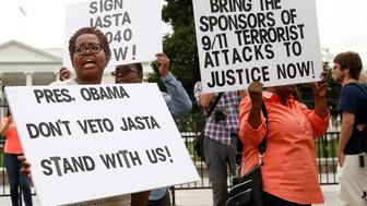 Protesters and family members of 9/11 victims protest in front of the White House regarding President Barack Obama's threatened veto of the Justice Against Sponsors of Terrorism Act (JASTA) in Washington, U.S., September 20, 2016.   REUTERS/Gary Cameron