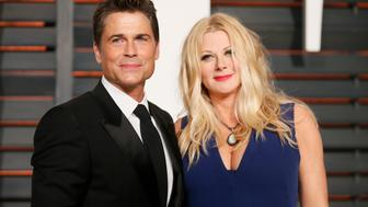 Actor Rob Lowe and his wife Sheryl Berkoff arrive  at the 2015 Vanity Fair Oscar Party in Beverly Hills, California February 22, 2015.  REUTERS/Danny Moloshok (UNITED STATES  - Tags: ENTERTAINMENT)  (VANITY FAIR-ARRIVALS)