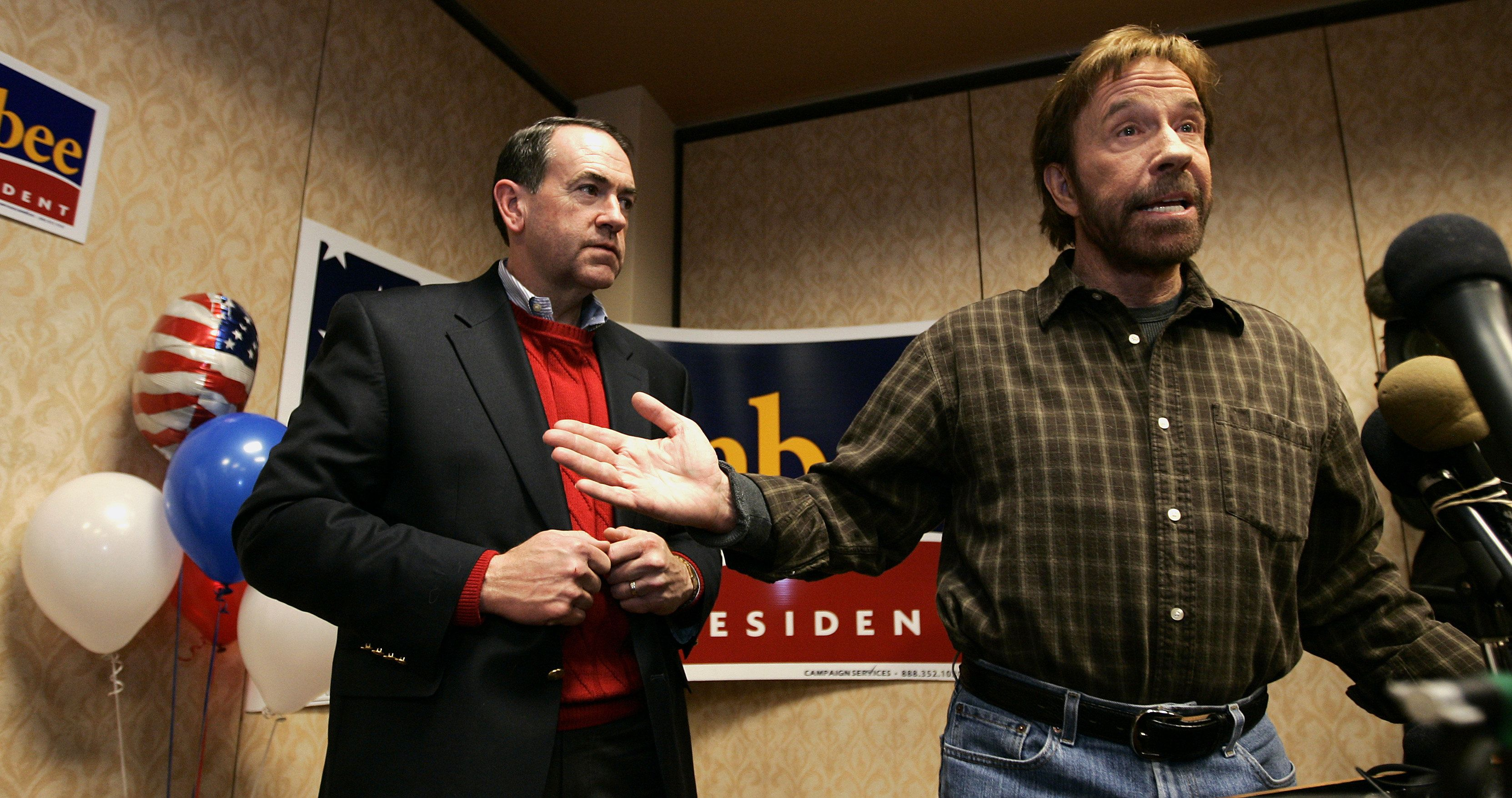 Republican presidential candidate and former Arkansas Governor Mike Huckabee (L) listens to a question with US actor and supporter Chuck Norris (L) during a campaign stop in Des Moines, Iowa, 1 January, 2008. REUTERS/Jeff Haynes   (UNITED STATES)