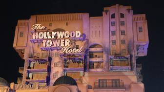 Neue Attraktion 'The Hollywood Tower Hotel' ('Tower of Terror'), 'Disneyland Resort Paris', Disney Studios, Frankreich, Europa, Freizeitpark, Vergnügungspark, Disney, nachts, Beleuchtung, Reise, (Photo by Peter Bischoff/Getty Images)