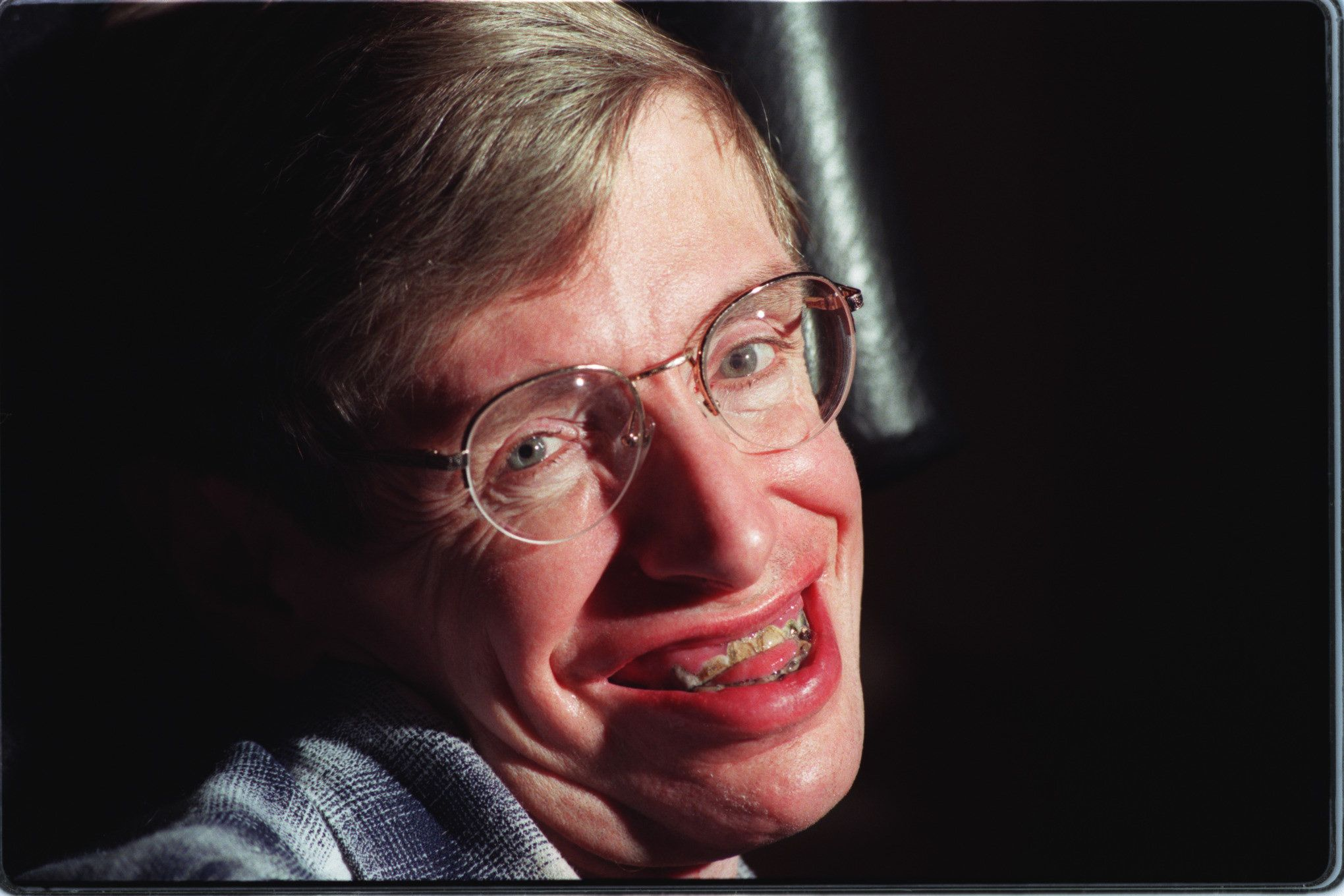 SF.Hawking.1.bv.2–5/PASADENA –– Theoretical physicist Stephen Hawking in his Cal Tech office.  (Photo by Brian Vander Brug/Los Angeles Times via Getty Images)