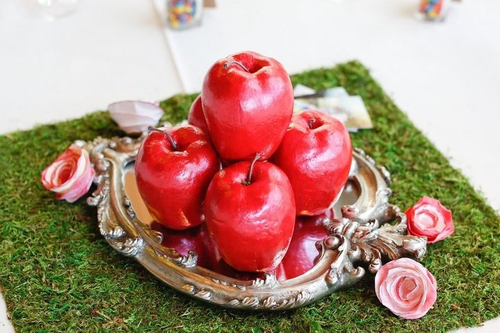 """Snow White"" table with ""poisoned"" apples."
