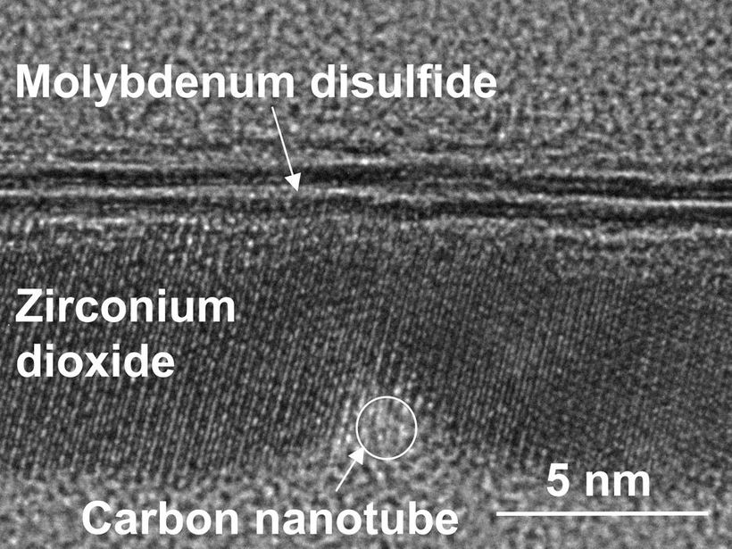 Transmission electron microscope image of a cross-section of the transistor. It shows the ~ 1 nanometer carbon nanotube gate