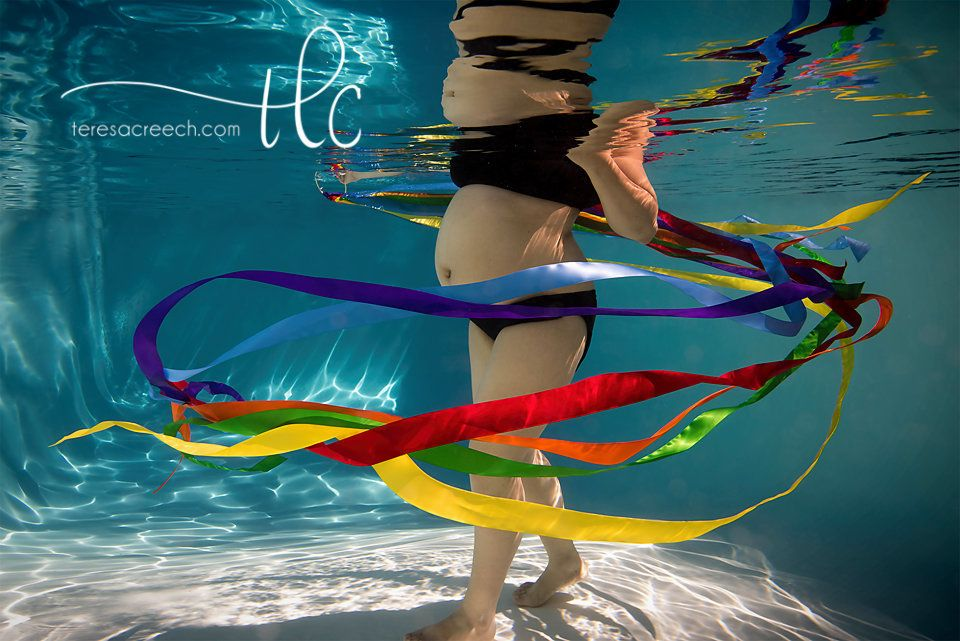 "Photographer Teresa Creech <a href=""http://www.huffingtonpost.com/entry/mom-celebrates-rainbow-baby-with-stunning-underwater-"