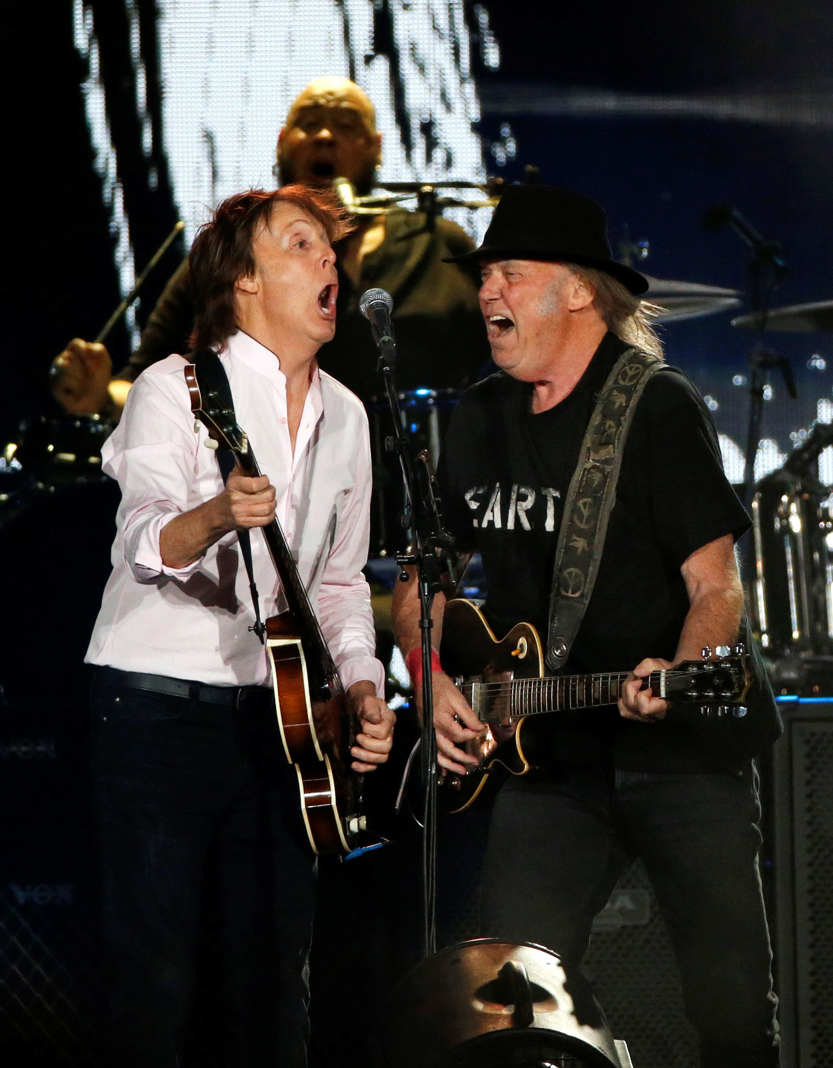 Musicians Paul McCartney (L) and Neil Young perform at Desert Trip music festival at Empire Polo Club in Indio, California U.S., October 8, 2016.   REUTERS/Mario Anzuoni