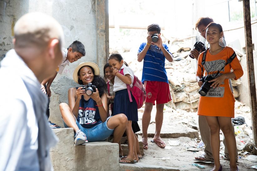 Beauty for Freedom founder, Monica Watkins, showing the kids photos during the photography workshop at Shanty Town Spirit