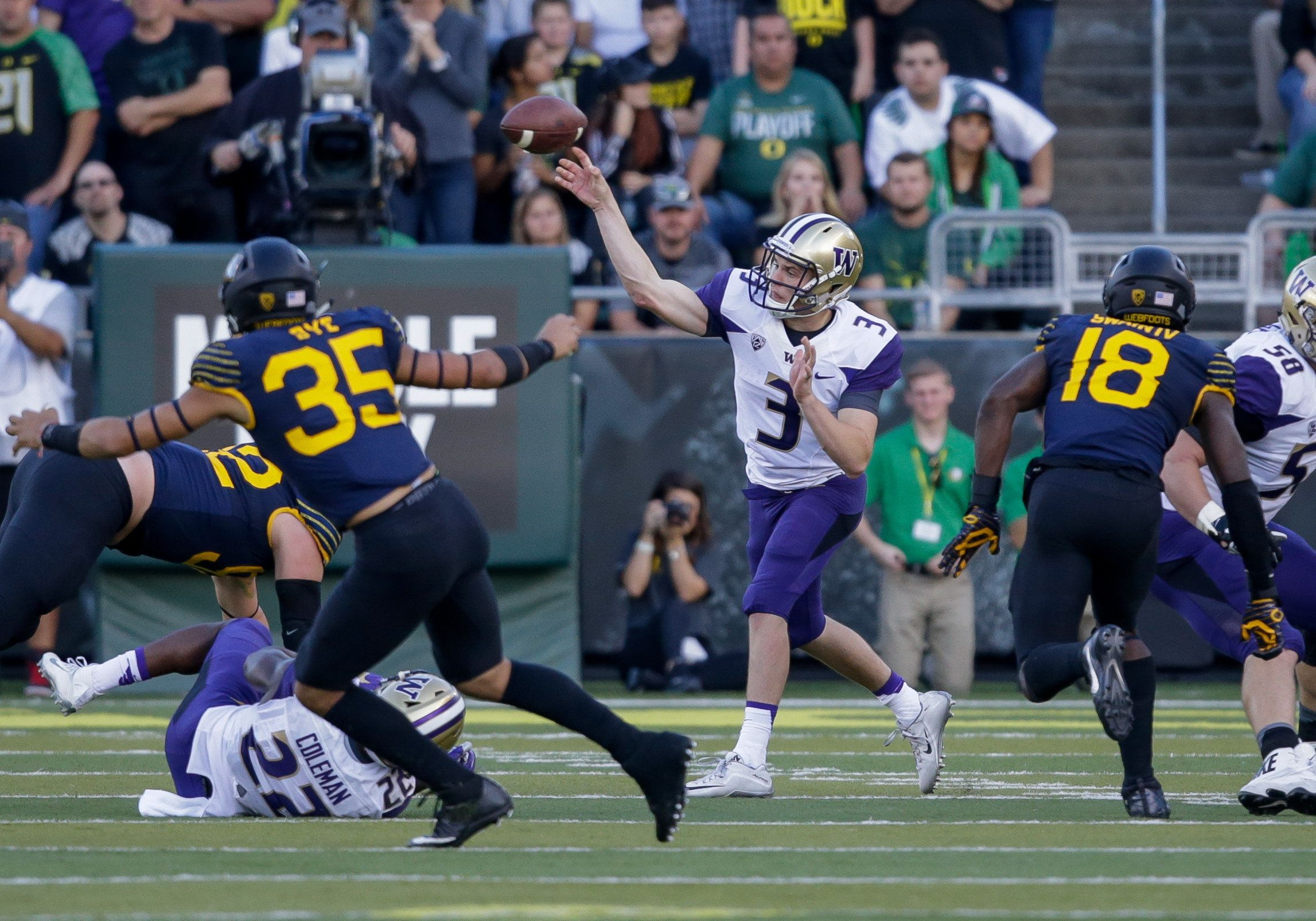 October 8, 2016: Washington Huskies quarterback Jake Browning (3) throws a pass during the game between Washington Huskies and the Oregon Ducks at the Autzen Stadium in Eugene, Oregon. (Photo by Steve Conner/Icon Sportswire via Getty Images)