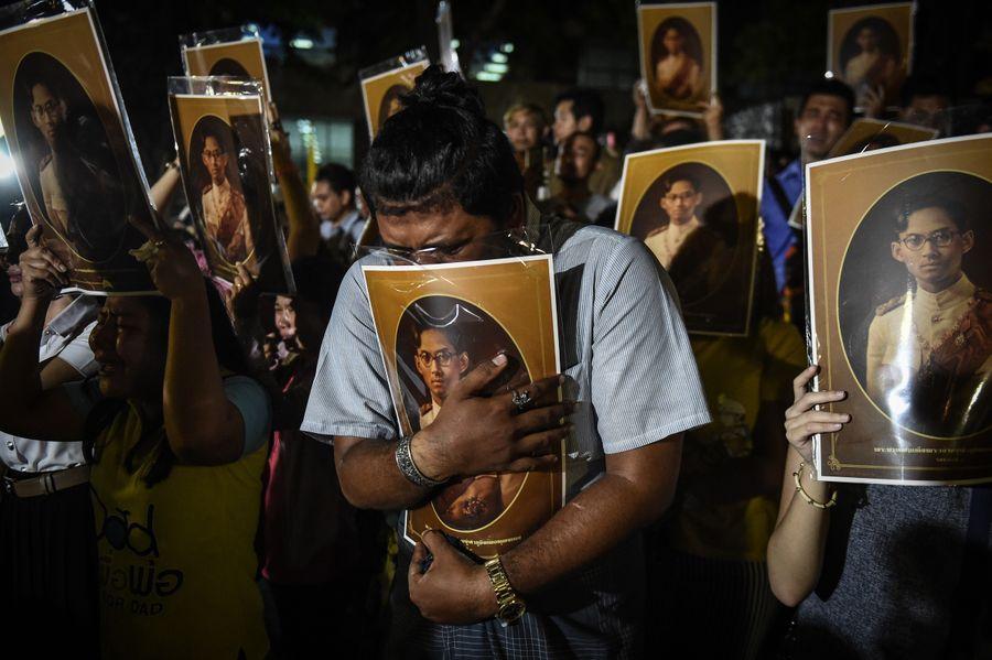 プミポン国王の死に、タイ国民は沿道を埋め尽くして悲しみにくれた(画像):The Huffington Postより引用