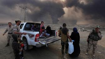Displaced people who are fleeing from clashes arrive in Qayyarah, during an operation to attack Islamic State militants in Mosul, Iraq, October 19, 2016. REUTERS/Alaa Al-Marjani