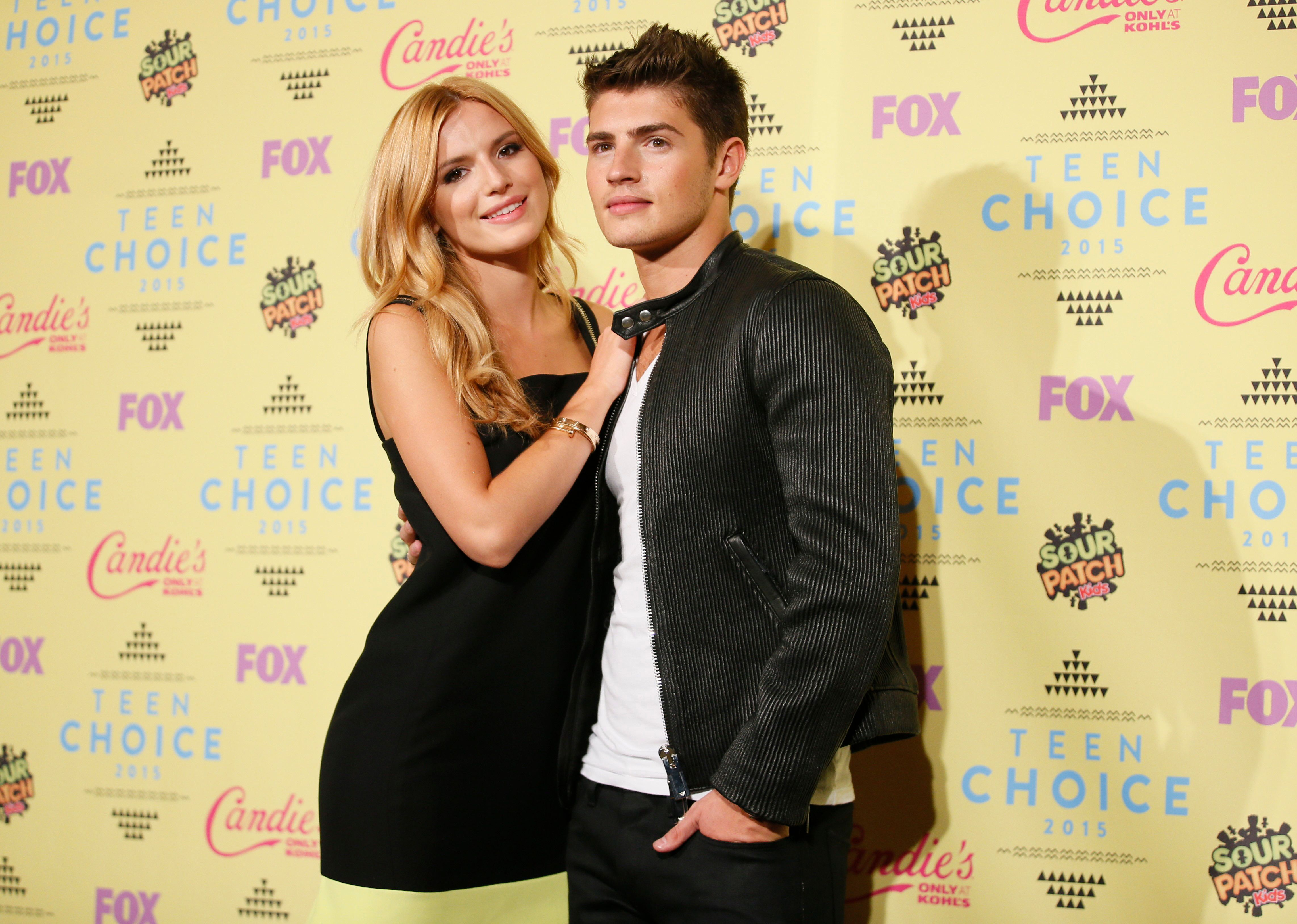Actors Bella Thorne and Gregg Sulkin pose backstage at the 2015 Teen Choice Awards in Los Angeles, California, United States August 16, 2015.  REUTERS/Danny Moloshok