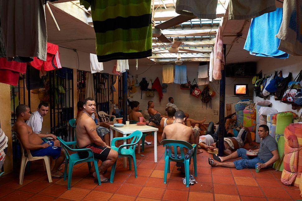 Establecimiento Carcelario de Reclusion Especial in Sabana Larga is a medium-security prison. The official capacity is 50 inm