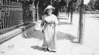 (GERMANY OUT) Luxemburg, Rosa - Politician(KPD), Social theorist, D *05.03.1870-15.01.1919+  - Portrait, promenading in Berlin  - about 1914  Vintage property of ullstein bild  (Photo by ullstein bild/ullstein bild via Getty Images)