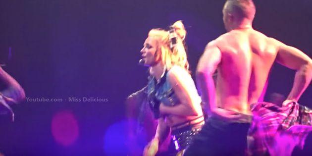 ブリトニー・スピアーズ、ライブ中に胸がはだけそうになる。でも彼女は堂々と...(動画)