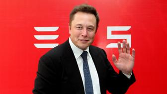 Elon Musk, CEO of Tesla Motors, waves during a news conference to mark the company's delivery of the first batch of electric cars to Chinese customers in Beijing April 22, 2014. REUTERS/Stringer (CHINA - Tags: TRANSPORT BUSINESS) CHINA OUT. NO COMMERCIAL OR EDITORIAL SALES IN CHINA