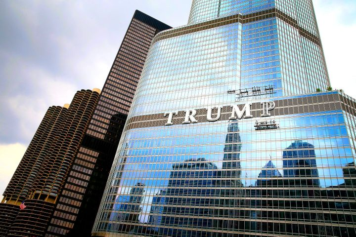 Workers affix the final letter onto Trump Tower Chicago in 2014.