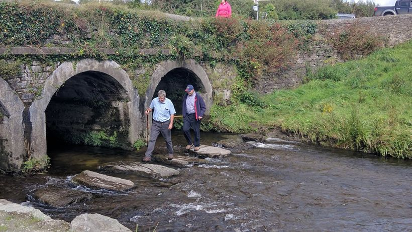 Hikers approach the Ilen River