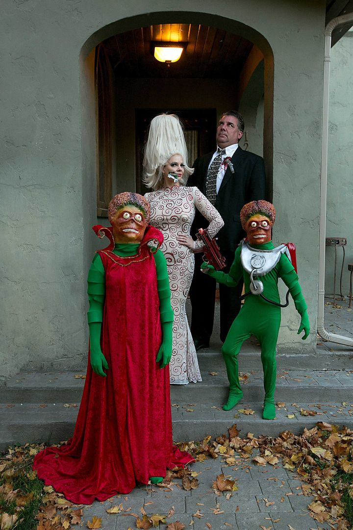 Family Pays Tribute To Mars Attacks With Epic Halloween Costume Huffpost Life