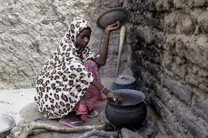 Ramatou lives with her mother and seven siblings. She starts each day by sweeping, washing dishes and, when food is available