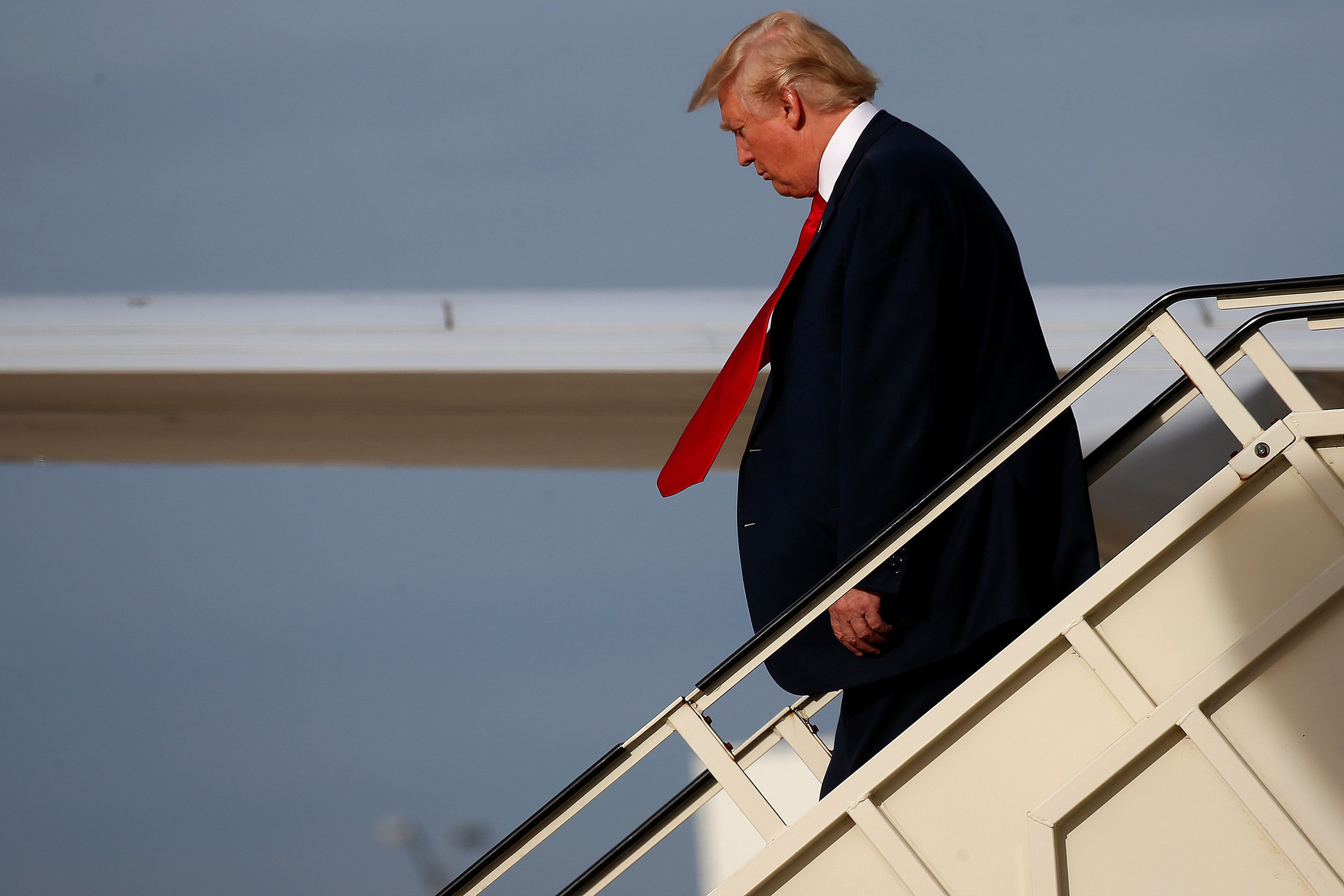 Republican presidential nominee Donald Trump walks down the steps of his airplane in Romulus,  Michigan U.S. October 31, 2016.   REUTERS/Carlo Allegri