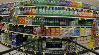 Numerous varieties of soda are shown for sale at a Vons grocery store in Encinitas, California October 10, 2013. Vons is a division of Safeway Inc, who are reporting 3rd quarter earnings today .  REUTERS/Mike Blake  (UNITED STATES - Tags: BUSINESS)