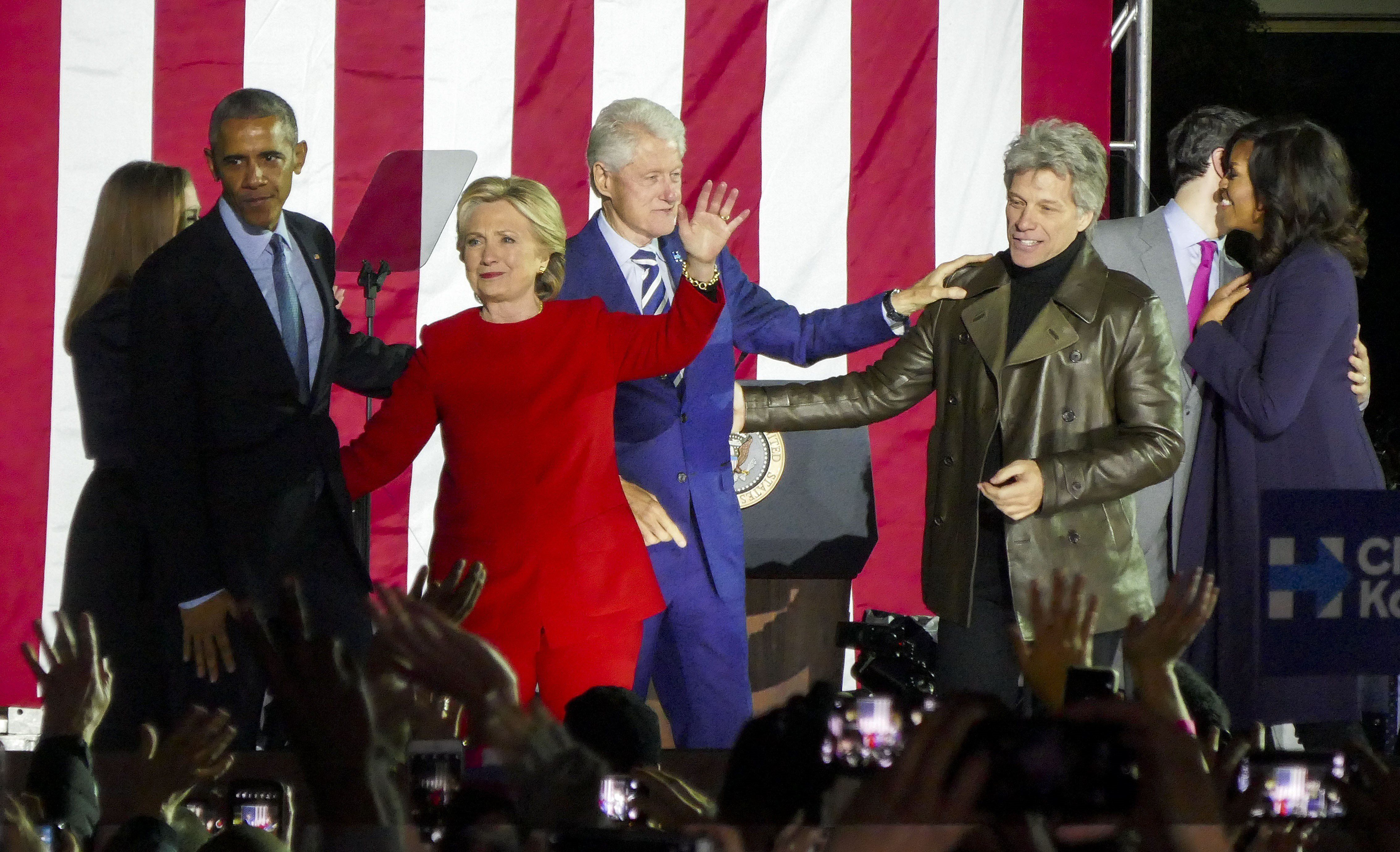 PHILADELPHIA, UNITED STATES - NOVEMBER 7: US Democratic presidential candidate Hillary Clinton (3rd L), her husband former US president Bill Clinton (C), their daughter Chelsea Clinton (L), US President Barack Obama (2nd L), his wife Michelle Obama (R) and singer Jon Bon Jovi (2nd R) participate Hillary Clinton's final 2016 US presidential campaign in Philadelphia, Pennsylvania, November 7, 2016. (Photo by Selcuk Acar/Anadolu Agency/Getty Images)