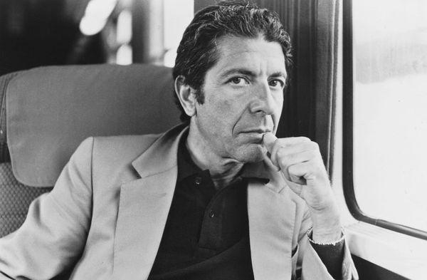 (GERMANY OUT) Cohen, Leonard *21.09.1934-Musiker, Schriftsteller, Kanada- Portrait im Eisenbahnabteil- undatiert (Photo by CB