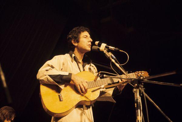 (GERMANY OUT) Cohen, Leonard *21.09.1934-, Musiker, Schriftsteller, Kanada, - bei einem Auftritt , - 1972   (Photo by Löveni