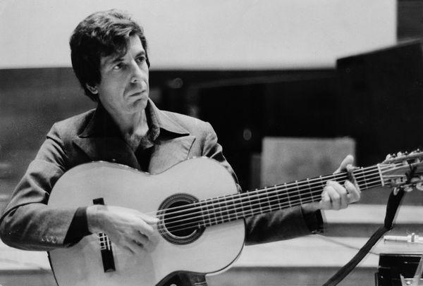 (GERMANY OUT) Cohen, Leonard *21.09.1934-Musiker, Schriftsteller, Kanada- waehrend eines Auftritts- 1974 (Photo by Will/ullst