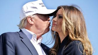 WILMINGTON, NC - NOVEMBER 05:  Republican presidential nominee Donald Trump (L) kisses his wife Melania Trump during for a campaign rally the Air Wilmington Hangar located at Wilmington International Airport November 5, 2016 in Wilmington, North Carolina. Trump and his opponent, Democratic presidential nominee Hillary Clinton, are campaigning in key battleground states that each must win to take the White House.  (Photo by Chip Somodevilla/Getty Images)