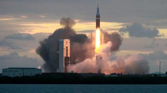 The Delta IV Heavy rocket with the Orion spacecraft lifts off from the Cape Canaveral Air Force Station in Cape Canaveral, Florida December 5, 2014.    REUTERS/Scott Audette (UNITED STATES  - Tags: TRANSPORT SCIENCE TECHNOLOGY)